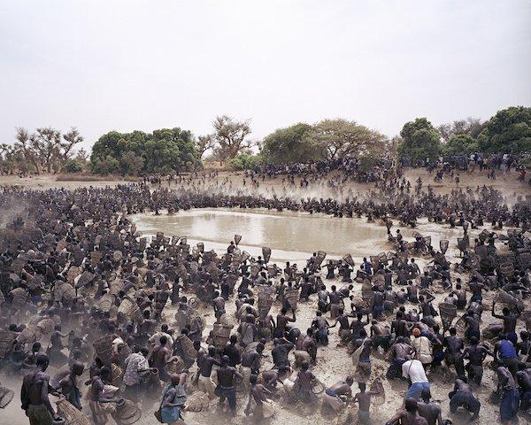 L'annuale assalto al pescosissimo lago Antogo in Mali
