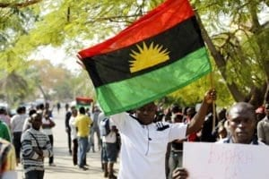 Un supporter della secessione del biafra durante una recente manifestazione