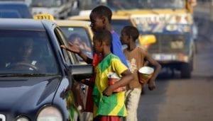 Il Senegal ha deciso di dare un giro di vite contro lo sfruttamento dei bambini mendicanti. Le autorità hanno ordinato di togliere migliaia di ragazzi dalle strade delle principali città e di sanzionare chi li sfrutta per lucrare sulle elemosine. La disposizione è arrivata direttamente dal Presidente Macky Sall nel corso del discorso che ha tenuto in televisione dopo le preghiere di Eid el Fitr che terminano il mese sacro del Ramadan. «Ho dato istruzioni molto forti per fermare questo sfruttamento insopportabile dei bambini abbandonati in strada – ha detto Sall -. Non è perché sono poveri o svantaggiati che li dobbiamo lasciare per la strada a mendicare». Il fenomeno è assai diffuso nel Paese. Secondo stime (probabilmente per difetto) delle organizzazioni internazionali, sono almeno 30mila i bambini costretti all'accattonaggio solo nella capitale Dakar. Questa pratica ha un fondamento religioso. Un tempo i capi religiosi, per formare i loro discepoli (talibes) all'umiltà, insegnavano loro a vivere per certi periodi raccogliendo l'elemosina (daara). Era, in sostanza, un passaggio della formazione dei ragazzi. Da anni, però, si è assistito a una degenerazione del fenomeno. I bambinic vengono affidati a guaritori tradizionali o capi di scuole coraniche. Questi li costringono a mendicare ogni giorno e a tornare con una quota di denaro prefissata. Se il ragazzo non riesce a raccogliere la somma, viene picchiato. I giovani vengono anche trascurati e si aggirano per le città con vestiti laceri e scalzi. «Tutti – ha detto Sall - devono mobilitarsi contro l'accattonaggio infantile. Non è una questione religiosa, perché la vera daara non impone ai talibés di mendicare giorno e notte per le strade. Quanto avviene non ha nulla a che fare con l'Islam». Per contenere il fenomeno, nel 2005 è stata approvata una legge che non solo vieta l'accattonaggio, ma prevede pene tra tra i due e i cinque anni di carcere o multe salate per chi li sfrutta. La legge però non viene applicata. E s