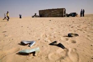 Vestiti di migranti nel Sahara