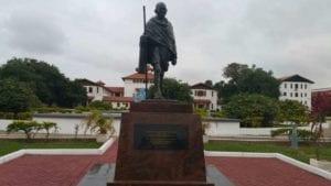 La statua di Gandhi nel campus universitario di Accra