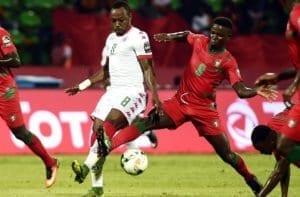 I centrocampista burkinabè Abdou Razack Traore in un contrasto nella partita contro la Guinea Bissau