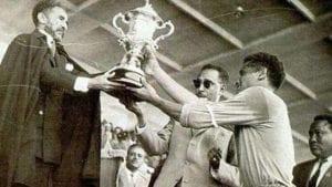 Luciano Vassallo riceve il trofeo di miglior giocatore della Coppa d'Africa 1962 da Hailé Selassié