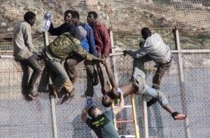 Migranti tentano di scavalcare la barriera a Ceuta