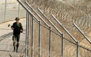 Militare spagnolo di guardia alla barriera di Ceuta