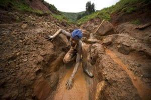Ragazzo congolese in una miniera di coltan