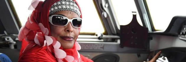 Asli, l'unica donna pilota somala, portata in trionfo a Mogadiscio