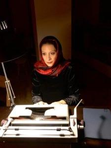 Farida davanti alla sua macchina per scrivere