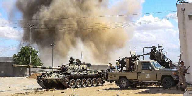 Libia, attacco di Haftar, sospesi i voli per Tripoli